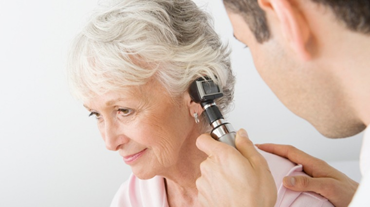 老婦人重聽情況加劇 戴助聽器非唯一解