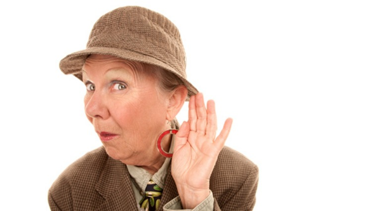 60歲婦人重聽不自知 過馬路險遭救護車撞飛
